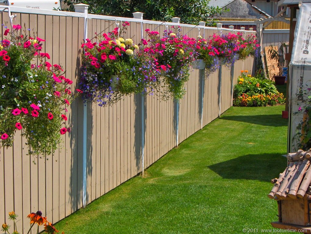 15 Ways To Decorate A Fence With Planters